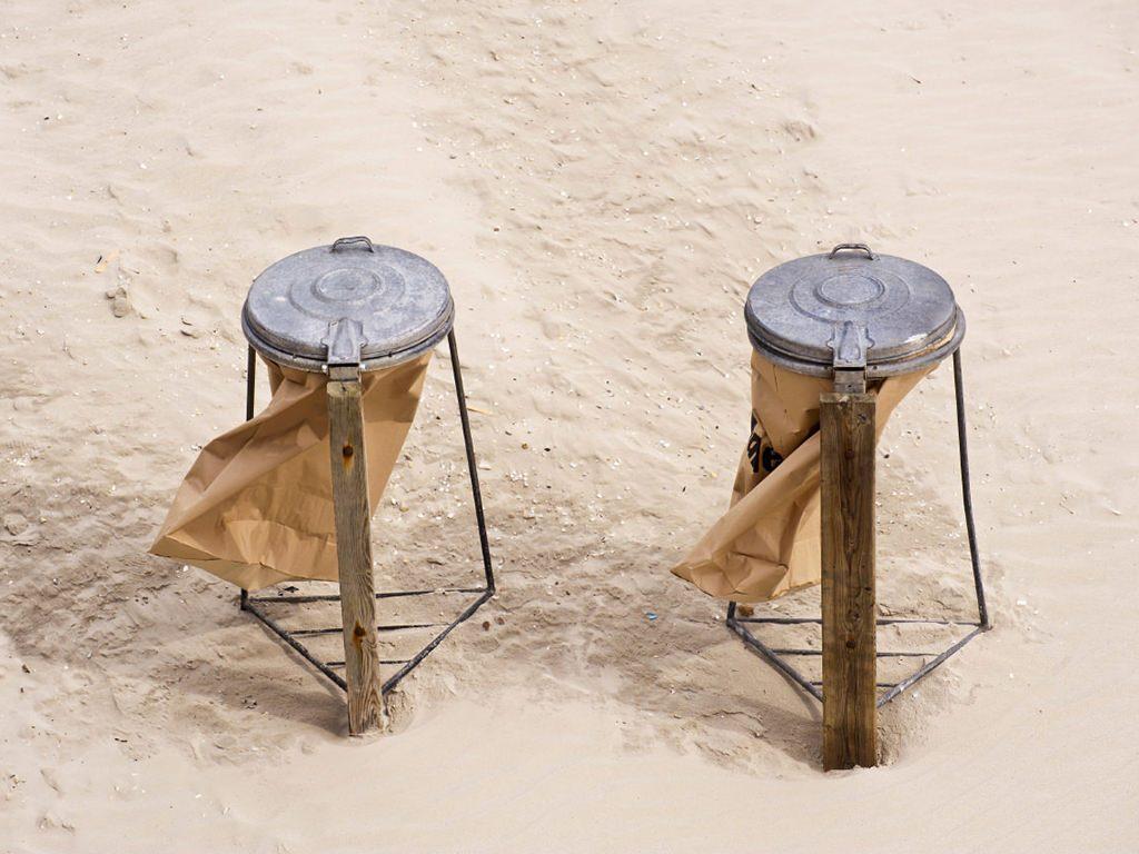 Contenitori dei rifiuti in spiaggia