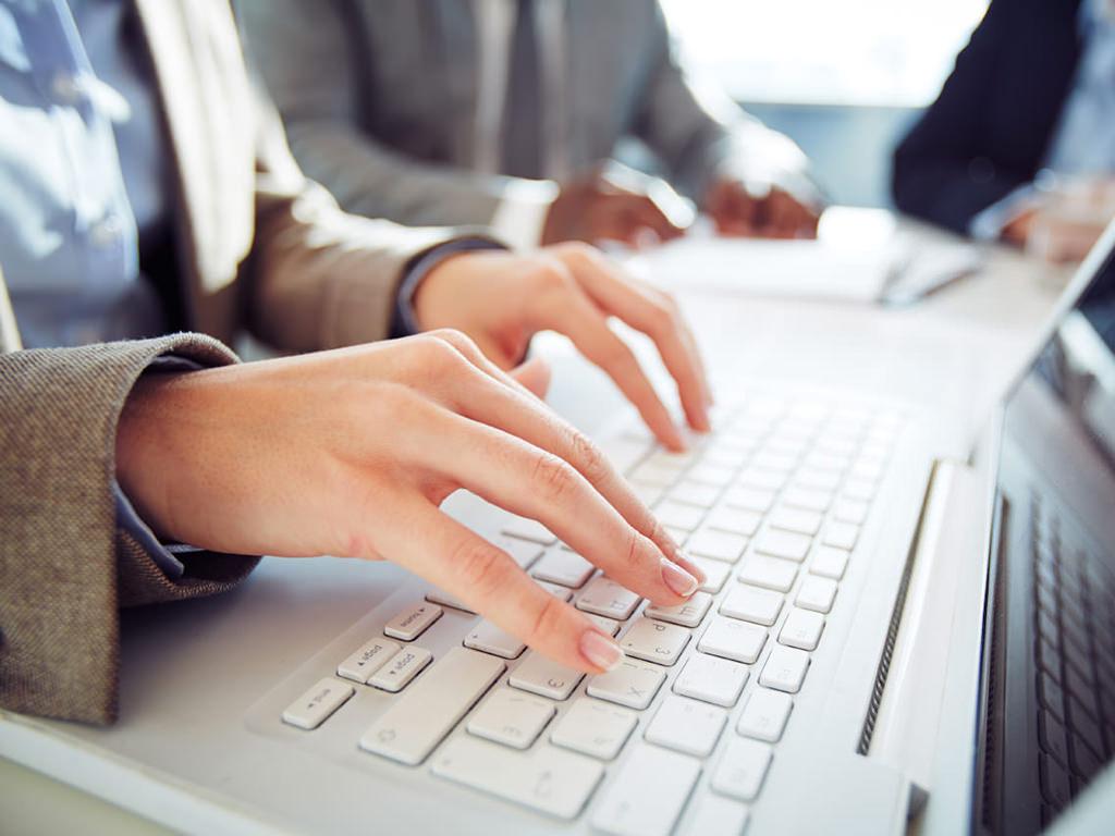 Mani che scrivono sulla tastiera