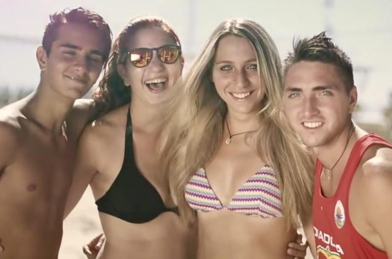 Immagine di giovani in spiaggia