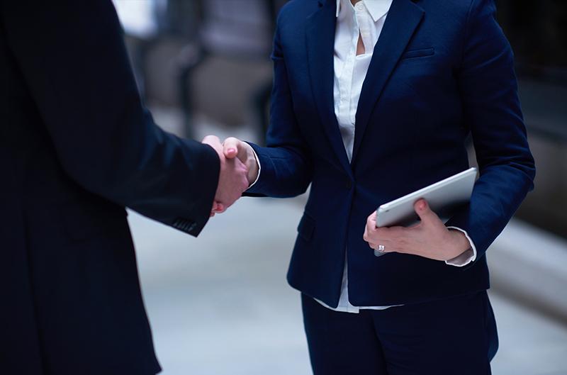 Immagine di un uomo e una donna che si stringono la mano