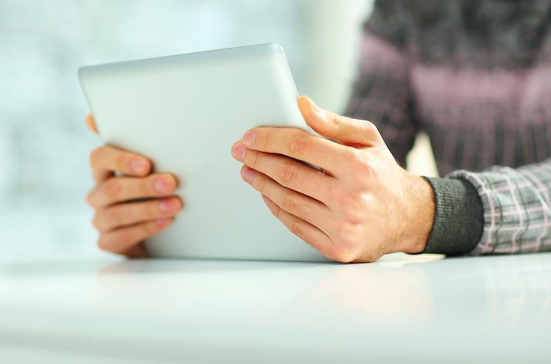 Mani che reggono un tablet